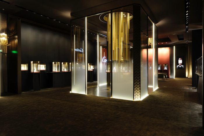 Vitrines et suspension lumineuse Stand Cartier SIHH 2012